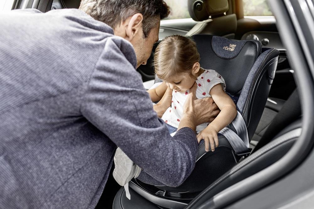 Usazování dítěte do autosedačky Dualfix isize je velmi jednoduché díky možnosti otáčení o 360°.