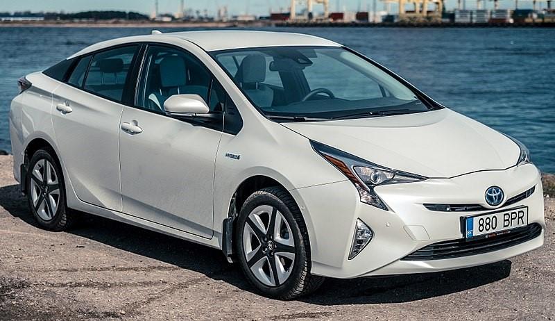 800px-2016_Toyota_Prius_(ZVW50R)_Hybrid_liftback_(2016-04-02)_01