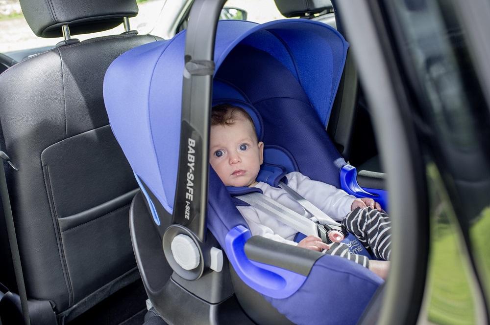 Před volně ležícími předměty pomůže ochránit stříška.Autosedačka Baby Safe 2 isize.