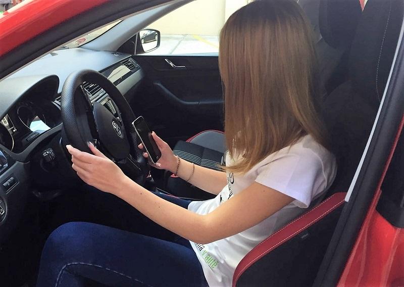 s mobilem za volantem