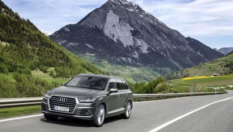 Fahraufnahme    Farbe: Daytonagrau    Verbrauchsangaben Audi Q7:Kraftstoffverbrauch kombiniert in l/100 km: 8,3 - 5,7;CO2-Emission kombiniert in g/km: 193 - 149