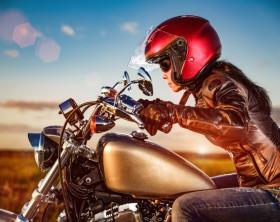 zena na motorce_prilba